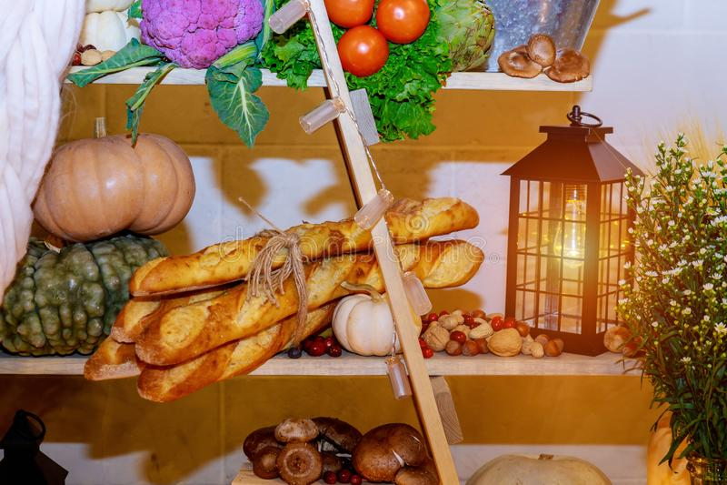 Fond heureux de jour de thanksgiving, table en bois, décorés des légumes, des fruits et des feuilles d'automne Fond d'automne image libre de droits