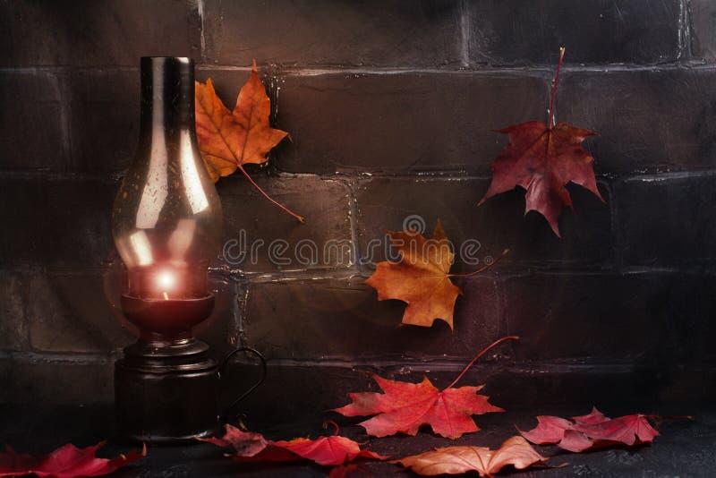 Fond heureux de vacances de Halloween avec le potiron et les feuilles d'automne drôles image libre de droits