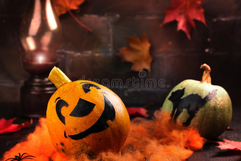 Fond heureux de vacances de Halloween avec le potiron et les feuilles d'automne drôles photographie stock
