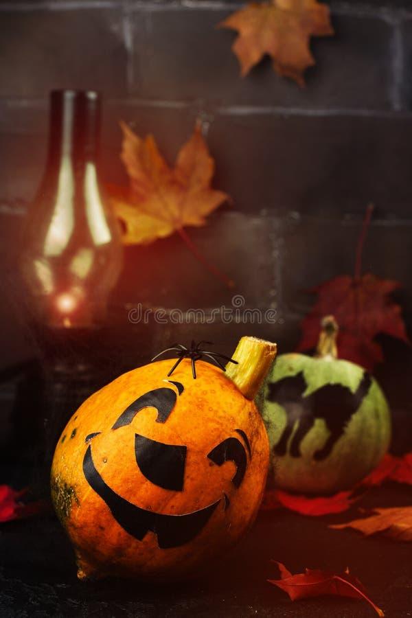 Fond heureux de vacances de Halloween avec le potiron et les feuilles d'automne drôles photo libre de droits