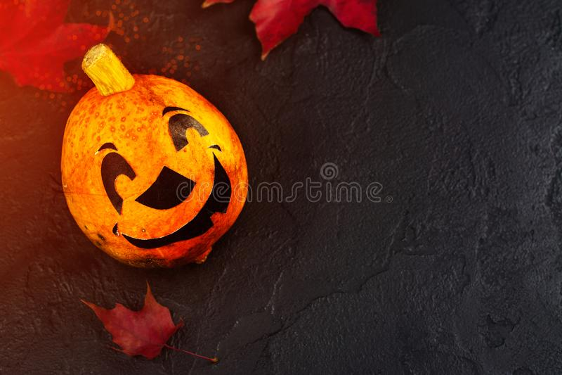 Fond heureux de vacances de Halloween avec le potiron et les feuilles d'automne drôles images stock