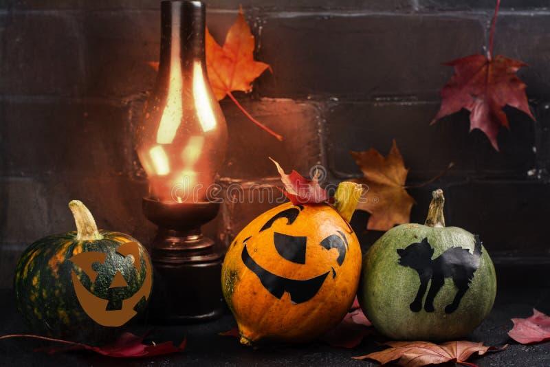 Fond heureux de vacances de Halloween avec le potiron et les feuilles d'automne drôles photo stock
