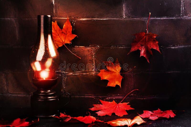 Fond heureux de vacances de Halloween avec le potiron et les feuilles d'automne drôles photographie stock libre de droits