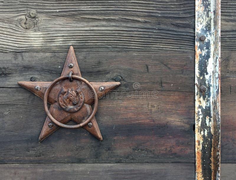 Fond horizontal rectangulaire de photo d'une étoile en bronze rustique sur le vieux bois superficiel par les agents de grange image stock
