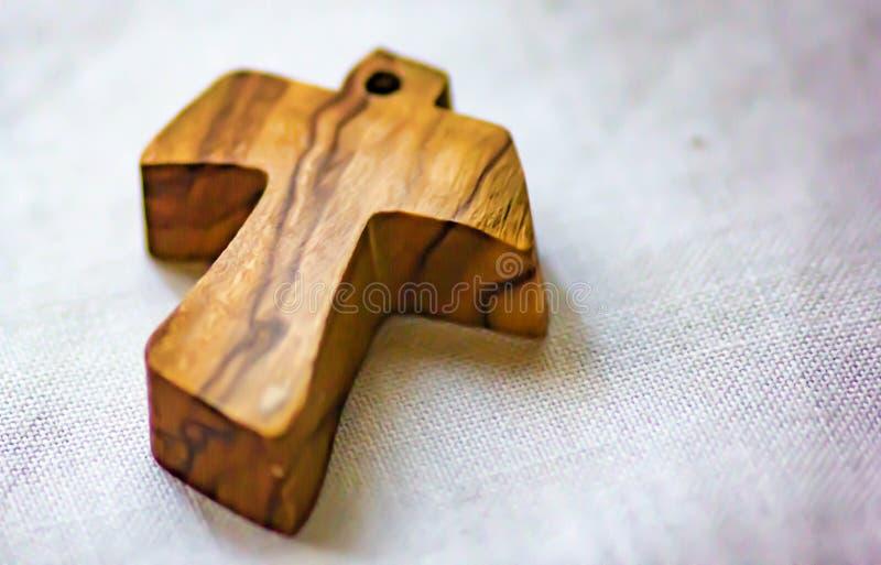 Fond, image d'une petite croix en bois étendue sur le tissu de toile employé comme pendant par un certain fidèle images stock