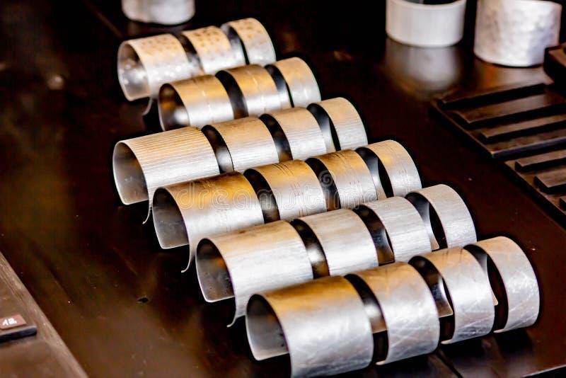 Fond, image en gros plan d'une rangée des bracelets de tôle handcrafted sur le site, photo prise à une foire commerciale à Trévis image stock