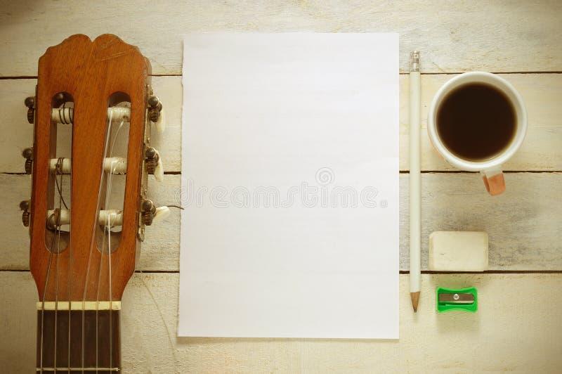 Fond inspiré avec une guitare classique espagnole sur une table en bois photo libre de droits