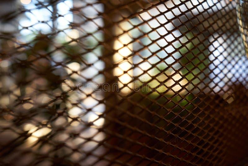 Fond intérieur brouillé abstrait de restaurant de barre de café par la barrière de grillage image libre de droits