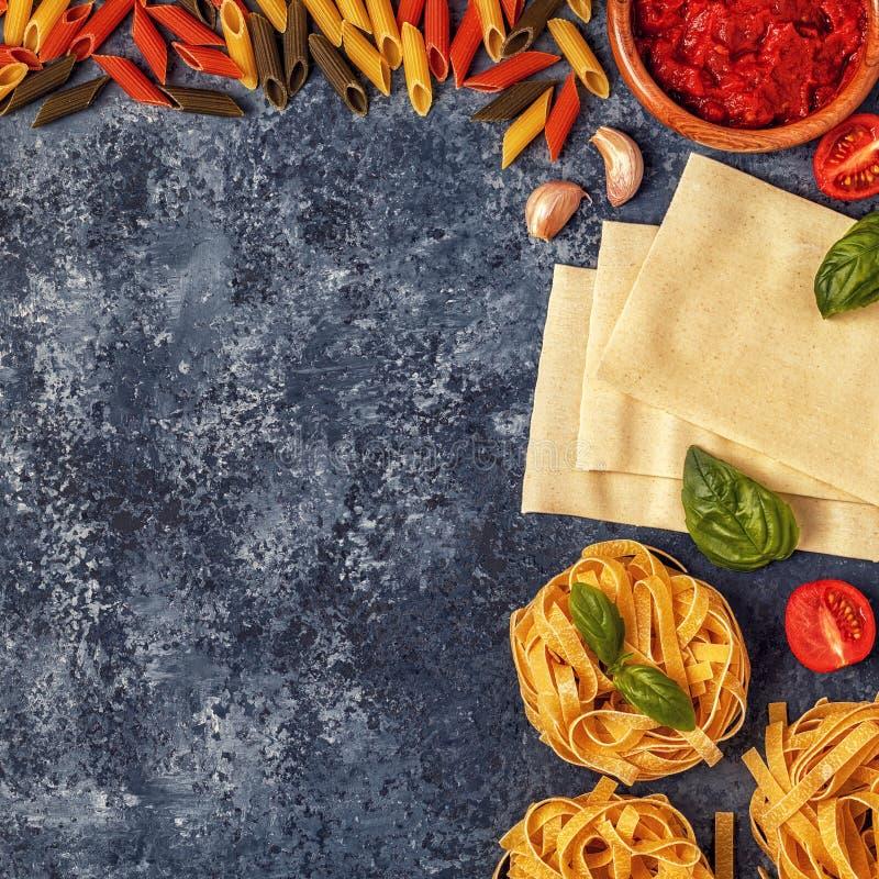 Fond italien de nourriture avec des pâtes, des épices et des légumes photographie stock