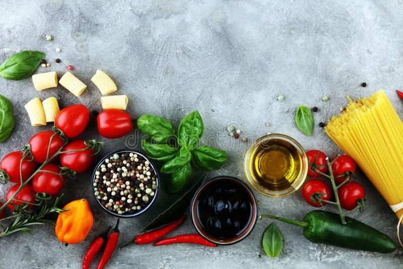 Fond italien de nourriture avec différents types de pâtes, santé ou photos stock