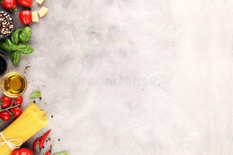 Fond italien de nourriture avec différents types de pâtes, santé ou images stock