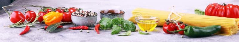Fond italien de nourriture avec différents types de pâtes, santé ou photo stock