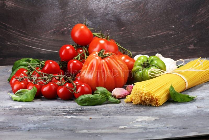 Fond italien de nourriture avec les pâtes, le basilic et la tomate, santé ou photo stock