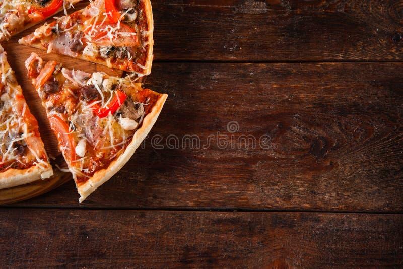 Fond italien de nourriture Tranches appétissantes de pizza images stock