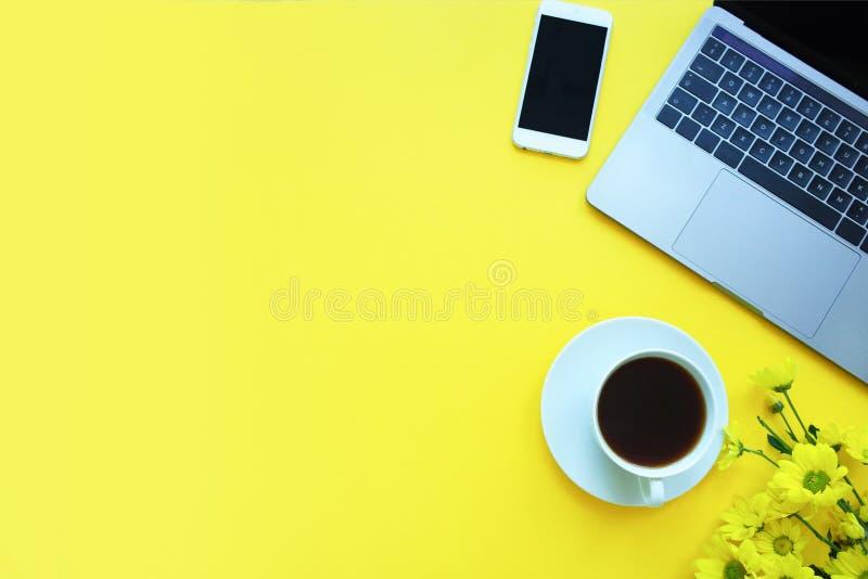 Fond jaune avec le carnet, crayon, tasse de café Endroit pour votre texte photographie stock libre de droits