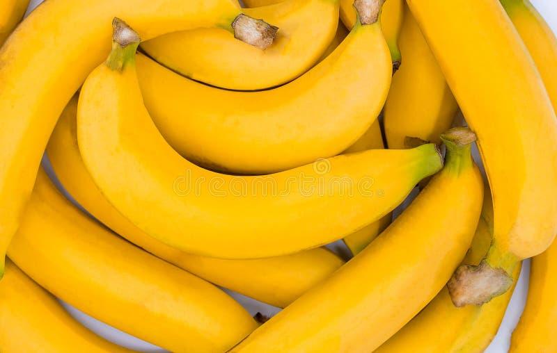 Fond jaune de banane fraîche, plan rapproché d'un paquet de bananes image stock