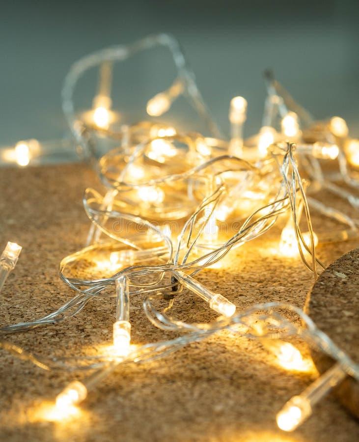 Fond jaune de décoration d'éclairage de Noël photo libre de droits