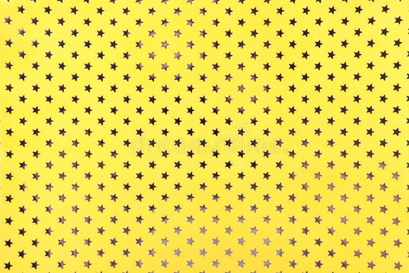 Fond jaune du papier d'aluminium en métal avec un profil sous convention astérisque d'or image stock