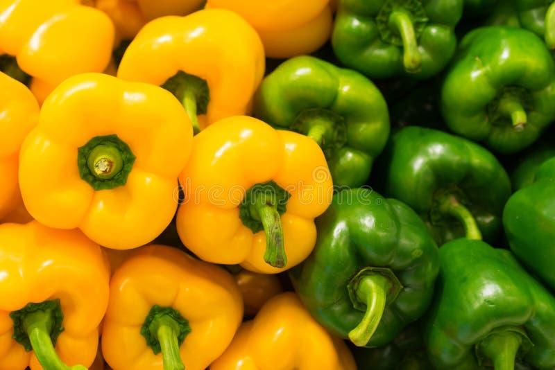 Fond jaune et vert de paprikas (poivron) photographie stock