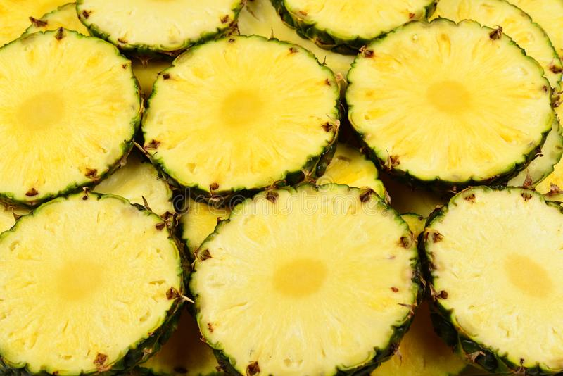 Fond jaune juteux de tranches d'ananas Vue sup?rieure photographie stock libre de droits