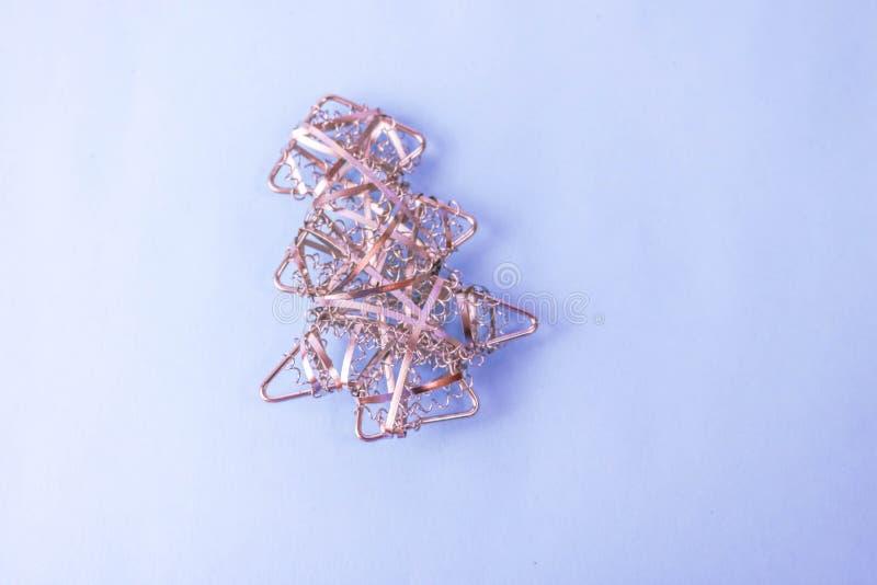 Fond joyeux bleu heureux de Noël de fête de nouvelle année avec un arbre de Noël fait maison d'or de petit de jouet fer en métal images stock