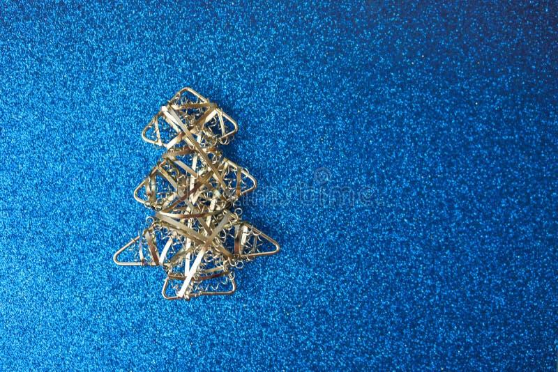 Fond joyeux brillant bleu heureux de Noël de fête de nouvelle année avec un arbre de Noël fait maison argenté de petit de jouet f images libres de droits
