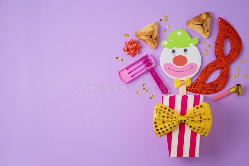Fond juif de Purim de vacances avec le masque de carnaval, le clown de papier et hamantaschen des biscuits image stock