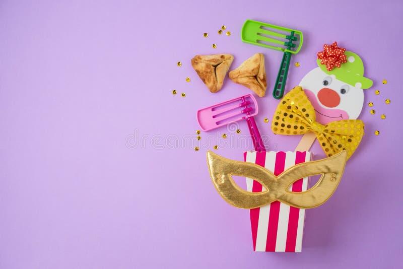 Fond juif de Purim de vacances avec le masque de carnaval, le clown de papier et hamantaschen des biscuits photo libre de droits