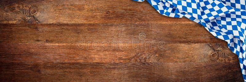 Fond large en bois rustique en bois de panorama de la Bavière avec b blanc image stock