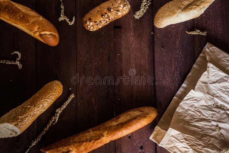 Fond mélangé de pains sur la table en bois, vue supérieure pour votre texte image stock
