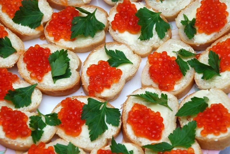 Fond mangeable des sandwichs rouges à caviar photographie stock libre de droits