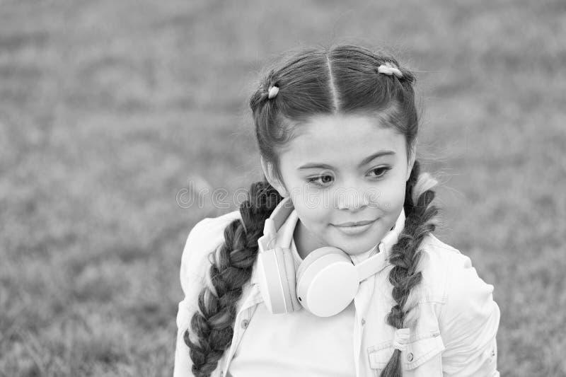 Fond mignon d'herbe verte d'enfant de fille Enfant heureux ?motif en bonne sant? d?tendant dehors Obtenez heureux Fille moderne photographie stock libre de droits