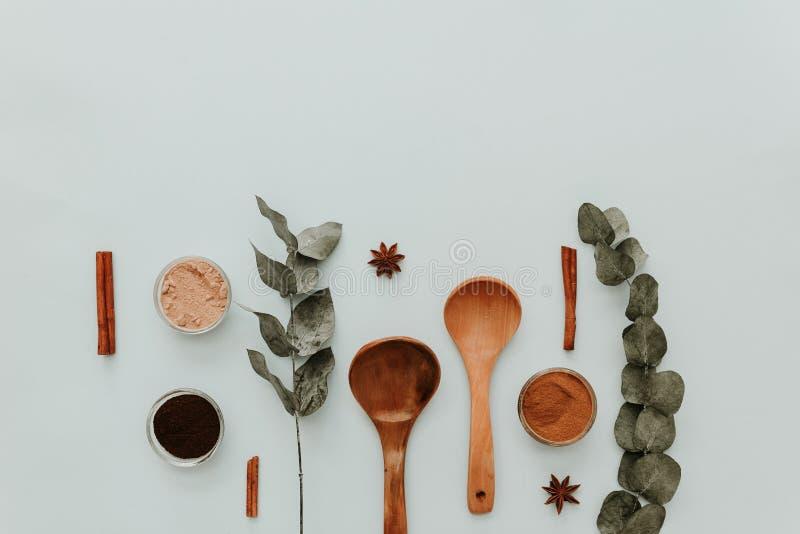 Fond minimal de configuration plate pour le soutien Ustensiles de cuisine image libre de droits