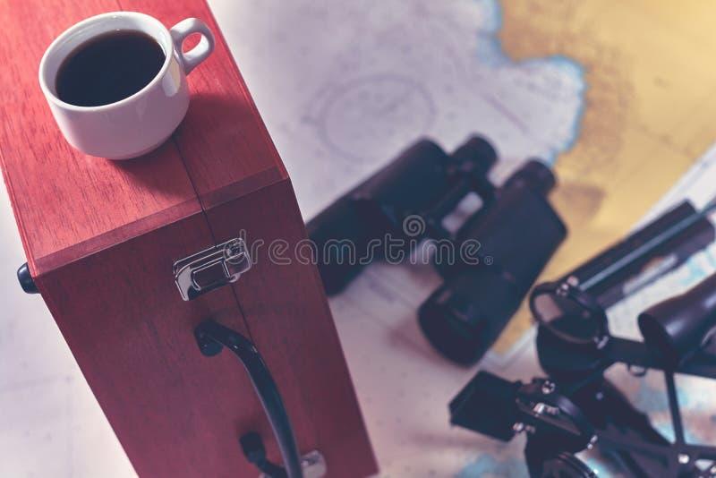 Fond modifié la tonalité avec la tasse de café et d'équipement brouillé de navigation Concept de tourisme de voyage en mer photo stock