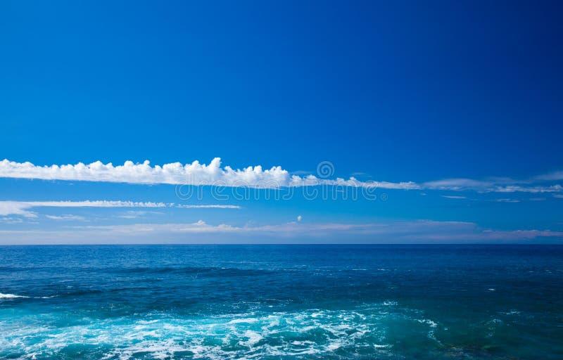 Fond naturel avec les nuages légers au-dessus de l'océan photos libres de droits