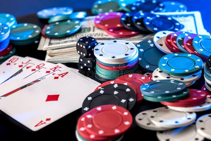 Fond noir avec des cartes de jetons de poker, dollars photographie stock
