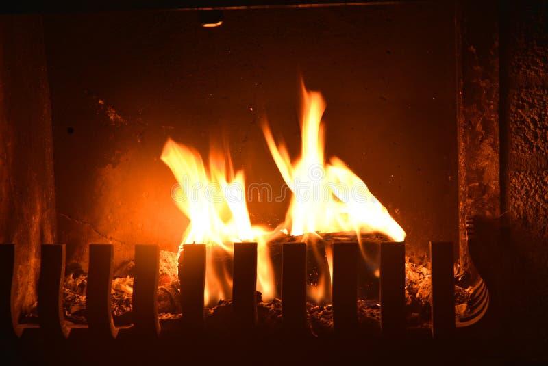 Fond noir avec l'endroit du feu et les flammes mobiles image libre de droits