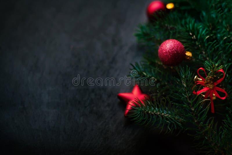 Fond noir avec le pin et les jouets de Noël Carte W de nouvelle année images stock