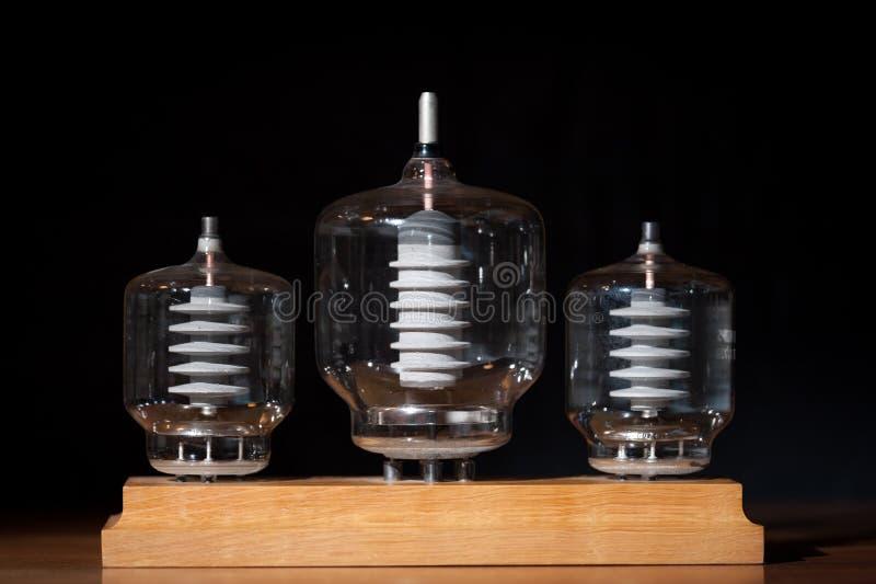 Fond noir de transmission de trois tubes de vieux vide image stock
