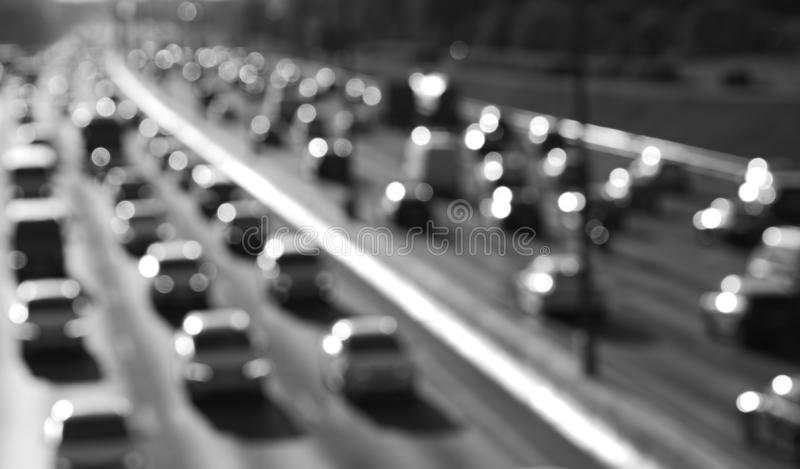 Fond noir et blanc de bokeh du trafic de voiture de route photo stock