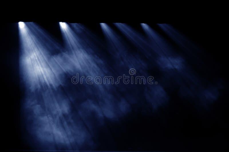 Fond noir, le projecteur. images stock