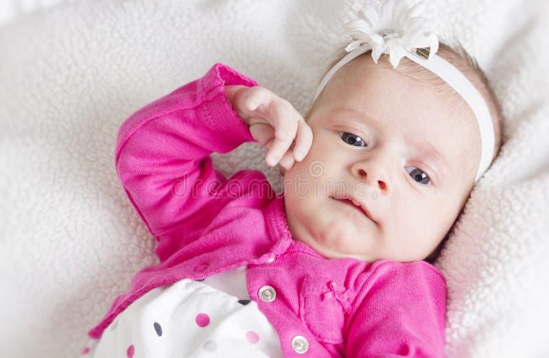 Fond nouveau-né de blanc de verticale de bébé photos stock