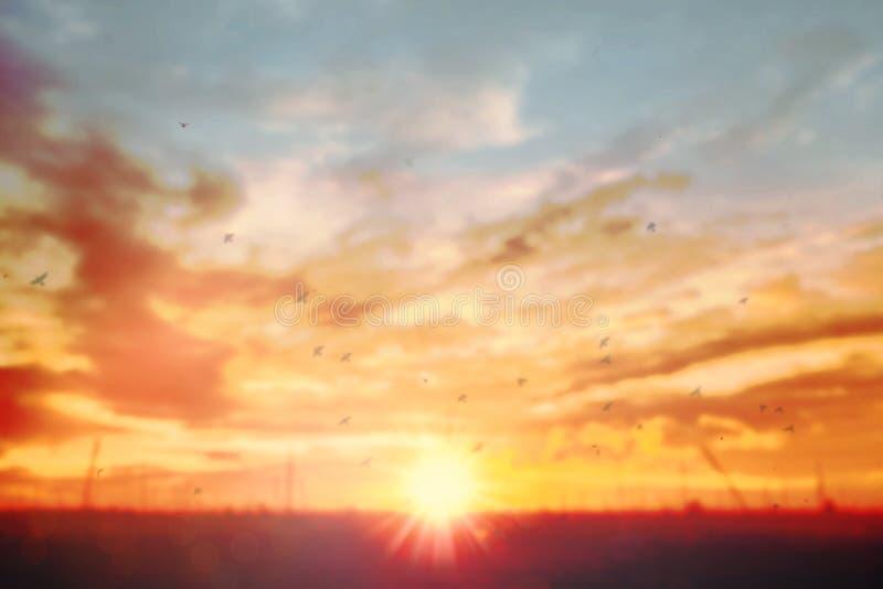 Fond nuageux clair mou de ciel d'été de tache floue Mouvement gonfl? de nuage par venteux sur le concept de plage abattant le cou photo stock