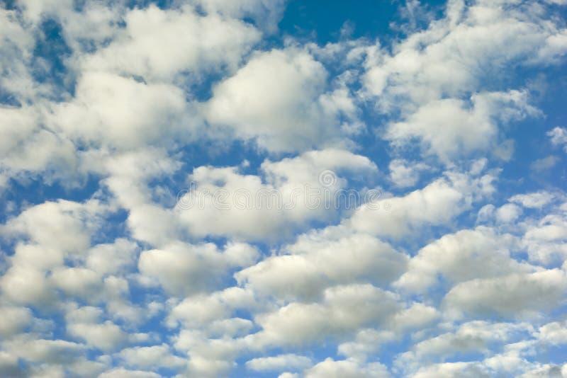 Fond nuageux de ciel bleu image stock