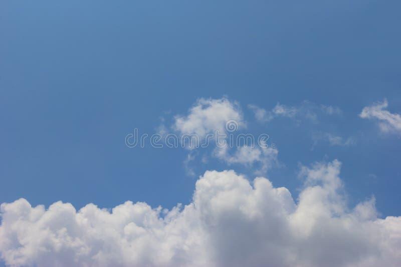 Fond nuageux de ciel bleu photos stock