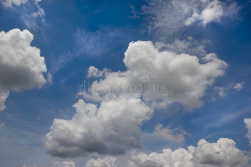 Fond nuageux de ciel bleu image libre de droits