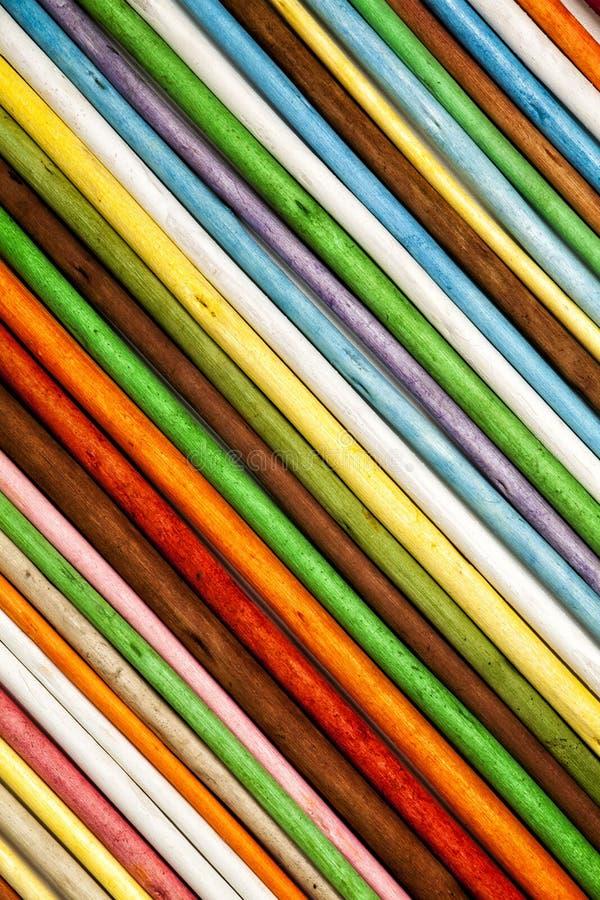 Fond oblique de rayures Bâtons en bois colorés photographie stock