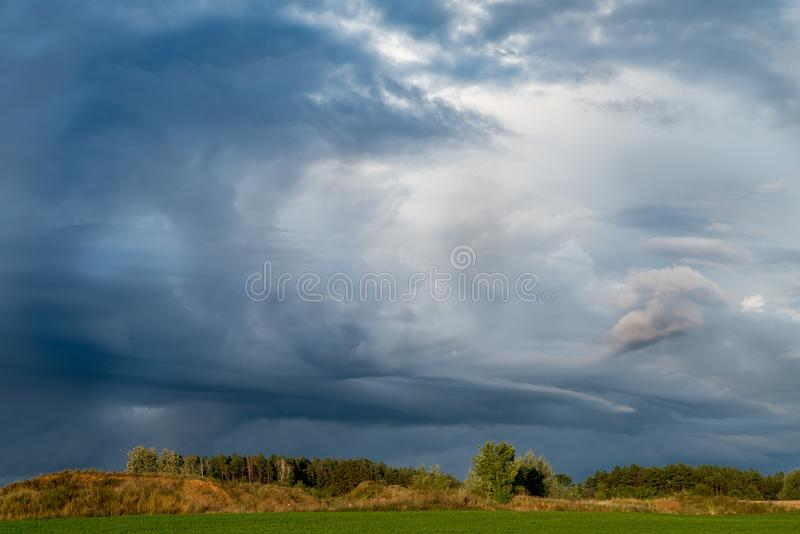 Fond orageux bleu-foncé de ciel images stock