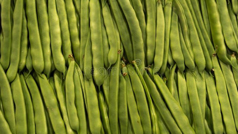 Fond organique vert frais de pois de rangées du marché Nourriture saine image libre de droits