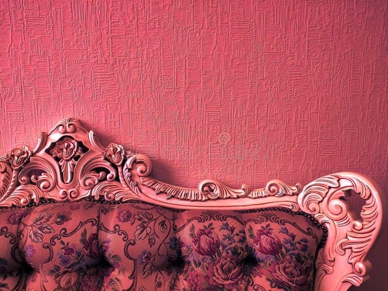 Fond ou concept, le dos du sofa dans le style d'empire, lampe au néon, de corail photos stock
